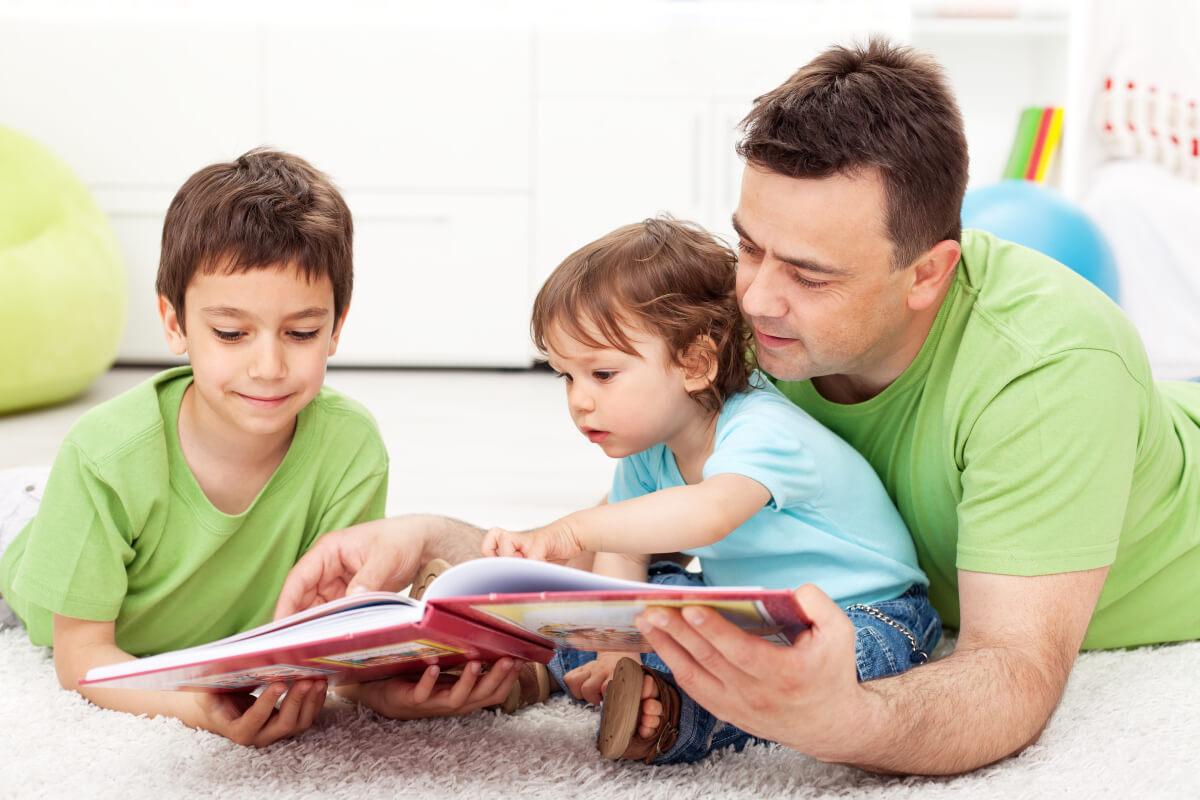 Картинка мама и папа читают