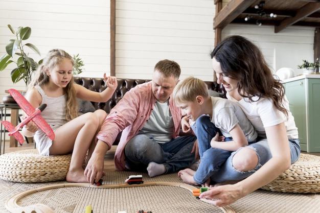 родители играют с детьми
