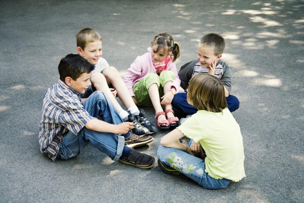 ребенок общается со сверстниками